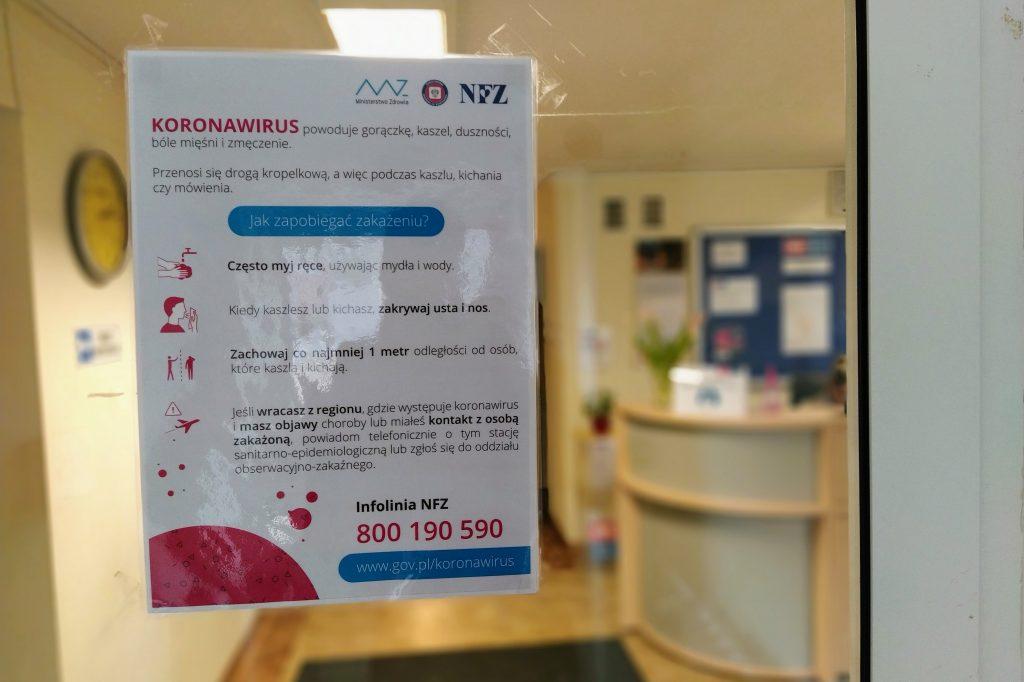 Plakat informujący o sposobach przeciwdziałania koronawirusowi
