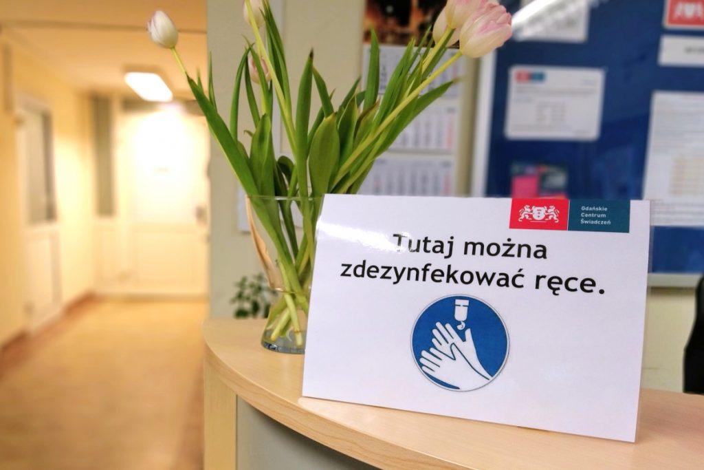 Zdjęcie tabliczki informującej o możliwości dezynfekcji rąk