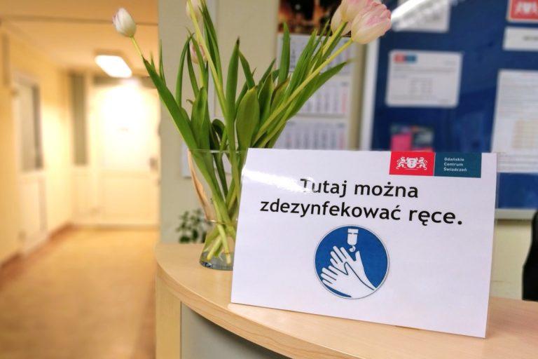 Zdjęcie przedstawiajace tabliczkę zachęcającą do dezynfekcji rąk